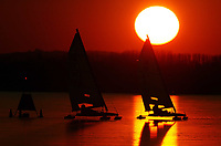 Seiling<br /> Foto: Digitalsport<br /> Norway Only<br /> <br /> SAILING - ICEBOAT DN ICE WORLD CHAMPIONSHIP 2004 - BALATON (HUN) - 17/01/2004<br /> SUNSET ON ICEBOATS