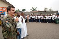 """26 SEP 2006, KINSHASA/CONGO:<br /> ein Hauptmann der Bundeswehr, waehrend einer vom Bezirksbuergermeister organisierten Informationsveranstaltung, im Rahmen derer Soldaten des """"Tactical Psyops Team"""" oder auch """"Operative Information"""" der EUFOR RD CONGO die Bevoelkerung über die EUFOR RD CONGO Mission aufzuklaeren<br /> IMAGE: 20060926-01-100<br /> KEYWORDS: Bundeswehr, Soldat, Soldaten, Informationsfahrt, Gespräch, Gespraech, Bevölkerung, Kongo, Afrika, Africa"""