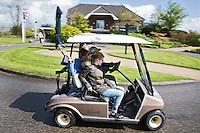 WILNIS - Halen en brengen met een buggy.  kennismaken met golf tijdens Open Golfdag op Wilnis Golfpark  . COPYRIGHT KOEN SUYK