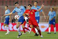macedonie - nederland 10-09-2008<br /> <br /> robbn van persie in duel met padev goran