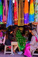 Inde, Etat de Gujarat, Ahmedabad, classé Patrimoine Mondial de l'UNESCO, bazar de la vieille ville, boutique de sari // India, Gujarat, Ahmedabad, Unesco World Heritage city, old city bazar, sari shop