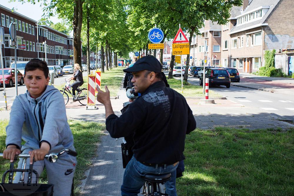In Utrecht reageert een man op een fiets boos op een jongen die tegen het verkeer in fietst op een tijdelijk smal fietspad.<br /> <br /> In Utrecht a man on a bike is angry on a boy who is riding his bike at the wrong side.