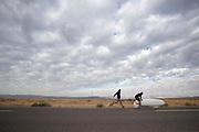 Start van Aurelien Bonneteau tijdens de kwalificaties op maandagochtend. Het Human Power Team Delft en Amsterdam (HPT), dat bestaat uit studenten van de TU Delft en de VU Amsterdam, is in Amerika om te proberen het record snelfietsen te verbreken. In Battle Mountain (Nevada) wordt ieder jaar de World Human Powered Speed Challenge gehouden. Tijdens deze wedstrijd wordt geprobeerd zo hard mogelijk te fietsen op pure menskracht. Het huidige record staat sinds 2015 op naam van de Canadees Todd Reichert die 139,45 km/h reed. De deelnemers bestaan zowel uit teams van universiteiten als uit hobbyisten. Met de gestroomlijnde fietsen willen ze laten zien wat mogelijk is met menskracht. De speciale ligfietsen kunnen gezien worden als de Formule 1 van het fietsen. De kennis die wordt opgedaan wordt ook gebruikt om duurzaam vervoer verder te ontwikkelen.<br /> <br /> The Human Power Team Delft and Amsterdam, a team by students of the TU Delft and the VU Amsterdam, is in America to set a new world record speed cycling.In Battle Mountain (Nevada) each year the World Human Powered Speed Challenge is held. During this race they try to ride on pure manpower as hard as possible. Since 2015 the Canadian Todd Reichert is record holder with a speed of 136,45 km/h. The participants consist of both teams from universities and from hobbyists. With the sleek bikes they want to show what is possible with human power. The special recumbent bicycles can be seen as the Formula 1 of the bicycle. The knowledge gained is also used to develop sustainable transport.