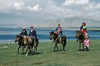 Chine. Sinkiang (Xinjiang). Cavaliers Kazakh sur le lac Sayram. // China. Xinjiang. Kazakh horsman on the Sayram lake.
