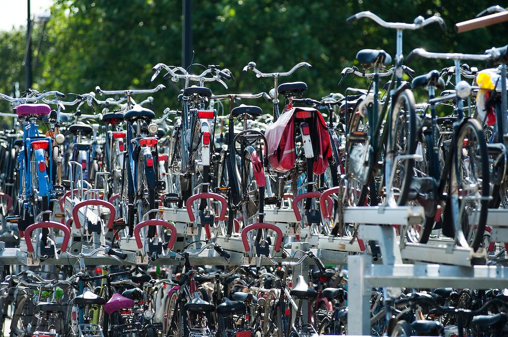 Volle fietsenstalling bij station Nijmegen.<br /> <br /> Bike park at the train station of Nijmegen.
