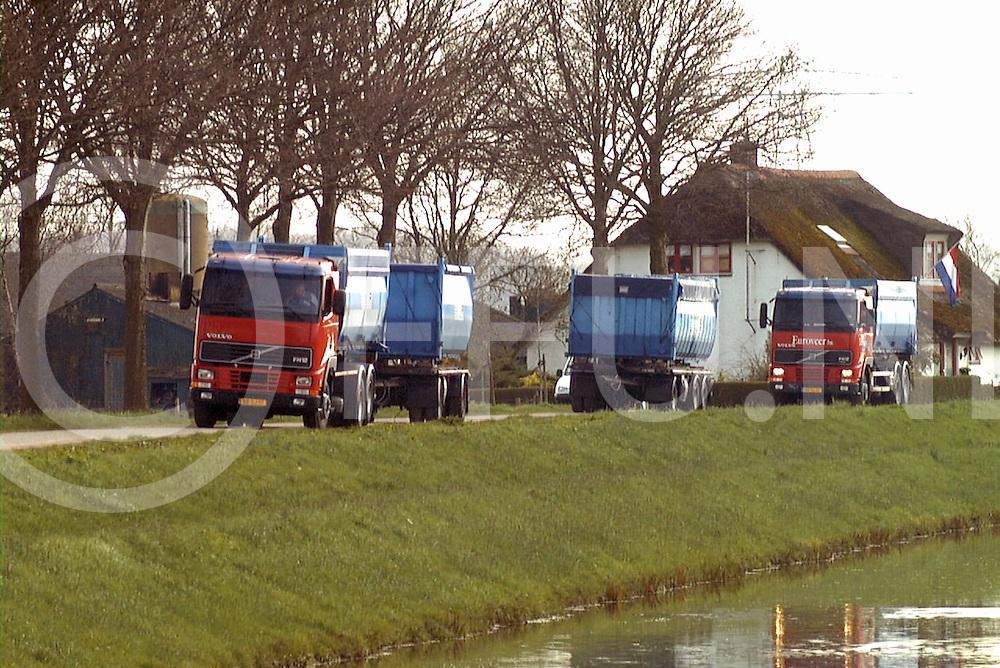 fotografie frank uijlenbroek©2001 frank uijlenbroek.010422 wijhe ned.26 geval van KMZ aangetroffen op melkveebedrijf in Wijhe.Het is het derde geval aan de Overijselse zijde van de ijssel..op foto: De vrachtwagens met containers staan weer klaar de boerdewrij heeft de vlag halfstok.