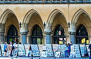 Ekspozycja szkiców krakowskich malarzy pod Sukiennicami na Rynku Głównym w Krakowie