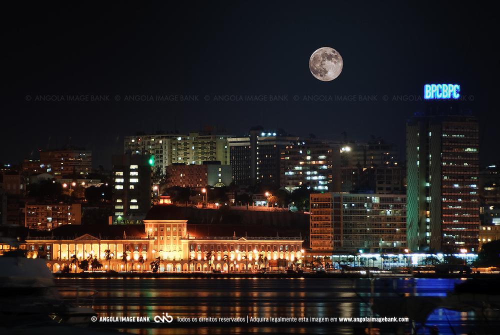 A parte baixa da cidade de Luanda e a Marginal, Avenida 4 de Fevereiro. Fotografia nocturna, longa exposição. Destacam-se o Banco Nacional de Angola (BNA) e o Banco de Poupança e Crédito (BPC).