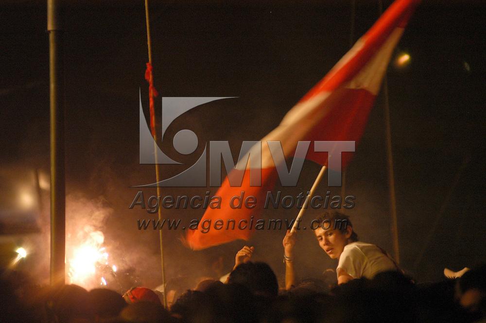 """Metepec, Méx.- Rocco, vocalista de """"La Maldita Vicindad y los Hijos del Quinto Patio"""", durante su presentacion en el festival cultural Quimera 2005. Agencia MVT / Luis Enrique Hernandez. (DIGITAL)<br /> <br /> <br /> <br /> NO ARCHIVAR - NO ARCHIVE"""
