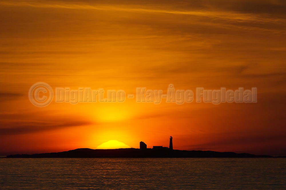 Sunset behind lighthouse, on the westcoast of Norway | Solnedgang bak Grasøyane fyr.