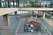 Nederland, Nijmegen, 4-6-2014Het glazen huis op de campus van de RU. Bestuursvoorzitter Meijer neemt er de lunch.9 uur lang zonder mobiel, laptop, tablet en andere elektronica. Van 2 tot en met 6 juni laten dagelijks 2 personen zich, zonder elektronische afleiding, opsluiten in een glazen ruimte op de Radboud Universiteit.Pastors van de studentenkerk merken dat mensen tegenwoordig nog maar weinig 1 op 1 communiceren en steeds meer gefocust zijn op sociale media.Foto: Flip Franssen/Hollandse Hoogte