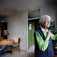 """Nederland, Amsterdam , 16 december 2013.<br /> oltooid leven. Interview met de  93-jarige mevrouw Koch die niet ziek is, maar wel euthanasie wil. """"Dadelijk word ik 100. Daar moet je toch niet aan denken."""" Daarbij komt een kader met een interview met Frederique Defesche. De antropologe schreef een boek over voltooid leven. 85.000 ouderen zouden een doodswens hebben.<br /> Foto:Jean-Pierre Jans"""