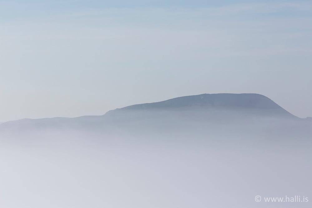 Mountains in fog at the lake Thingvallavatn, Iceland - Fjöll í þoku við Þingvallavatn