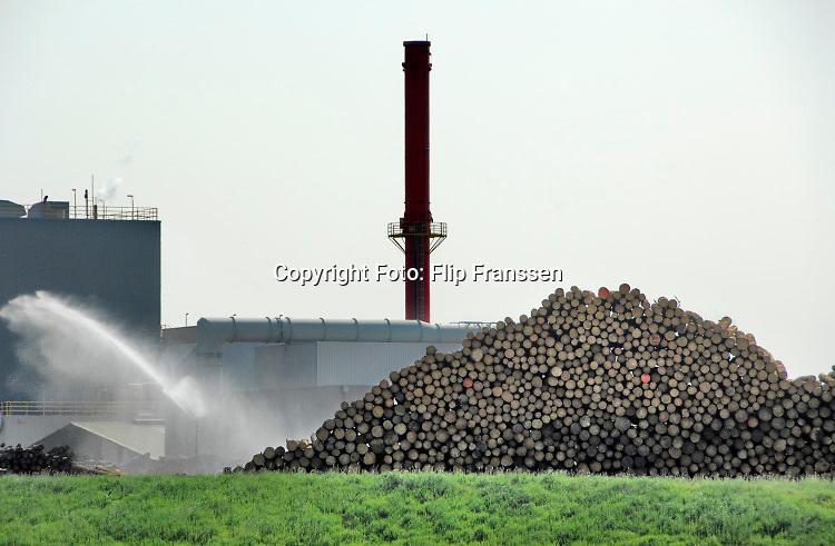 Nederland, Cuijk, 26-4-2007  Een van de eerste biomassacentrales waar hout van o.a. gekapt hout, boomstammen, wordt gebruikt als fossiele brandstof .Foto: ANP/ Hollandse Hoogte/ Flip Franssen