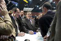 18 NOV 2003, BOCHUM/GERMANY:<br /> Gerhard Schroeder, SPD, Bundeskanzler, in Gespraech mit Journalisten im Pressezentrum, SPD Bundesparteitag, Ruhr-Congress-Zentrum<br /> IMAGE: 20031118-01-081<br /> KEYWORDS: Parteitag, party congress, SPD-Bundesparteitag, Gerhard Schröder, Journalist,