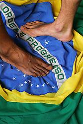 Dois perdidos numa noite suja pisam a bandeira do Brasil. FOTO: Jefferson Bernardes/Preview.com