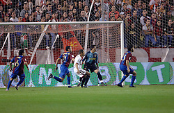 03-03-2007 VOETBAL: SEVILLA FC - BARCELONA: SEVILLA  <br /> Sevilla wint de topper met Barcelona met 2-1 / Victor Valdes - boarding unibet.com<br /> ©2006-WWW.FOTOHOOGENDOORN.NL