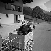 Grossmutters Sonntagsfahrt im Mofa-anhänger, Schwarzsee im Sommer 2004. Sortie du dimanche dans une remorque improvisée du moto-cyclette. Lac Noir, été 2004. © ROMANO P. RIEDO