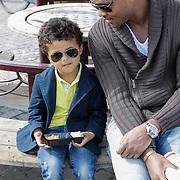 NLD/Laren/20120406 - Patrick kluivert en zoon Shane genieten van een visje van de markt,