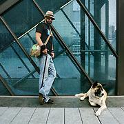 Nederland Rotterdam 2005 .Portret party organisator Ted Langenbach met hond op Schouwburgplein in centrum Rotterdam ..Ted Langenbach (3 mei 1959) is een Nederlandse party organisator en is bekend van de MTC-party's en is de initiatiefnemer en creatief directeur van de Rotterdamse discotheek Now&Wow en Nighttown.In het BNN-radioprogramma Spam van Egbert Jan Weeber had hij een kleine rubriek met uitgaanstips..Op 12 oktober 2000 ontving hij de Laurenspenning van de gemeente Rotterdam, vanwege MTC, Now&Wow en zijn inbreng in de cultuurscene in de Maasstad in het algemeen..Langenbach is een van de meest met kunst & cultuurgeld gesubsidieerde ondernemers in Rotterdam..Foto David Rozing