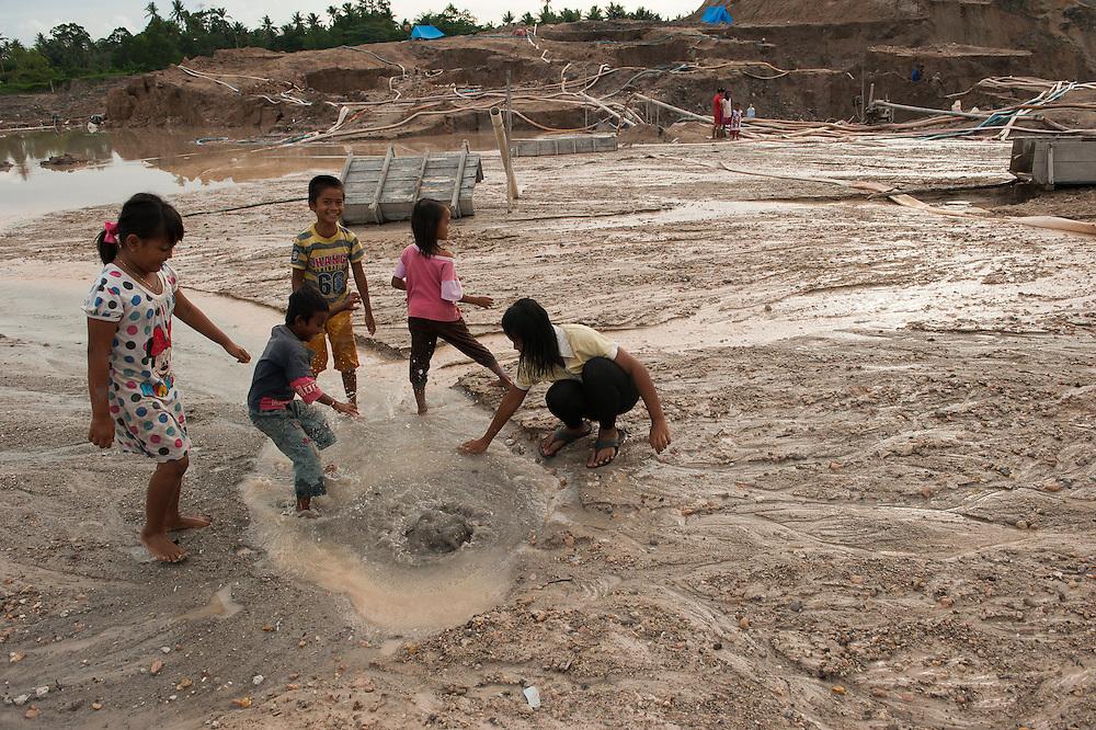 Miners sifting sand searching tin ore.  The entire Batako village works in the illegal mine, mere meters away from the homes.<br /> Illegal tin mine in Batako, Tunghin. Bangka Island (Indonesia) is devastated by illegal tin mines. The demand for tin has increased due to its use in smart phones and tablets.<br /> <br /> Mine d'étain illégale à Batako - Tunghin. <br /> L'île de Bangka (Indonésie) est dévastée par des mines d'étain sauvages. la demande de l'étain a explosé à cause de son utilisation dans les smartphones et tablettes.