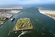 Nederland, Noord-Holland, Gemeente Velsen, 09-04-2014; ingang Noordzeekanaal (monding) met havenhoofden en strekdammen (havendam) gezien naar open zee. In de voorgrond Fort IJmuiden of Forteiland (onderdeel van de Stelling van Amsterdam), ingang Noordzeekanaal.<br /> Entrance Northsea channel with IJmuiden Fortress.<br /> luchtfoto (toeslag op standard tarieven);<br /> aerial photo (additional fee required);<br /> copyright foto/photo Siebe Swart