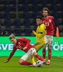 Jens Stryger Larsen (Danmark) vinder bolden fra Martin Olsson (Sverige) under venskabskampen mellem Danmark og Sverige den 11. november 2020 på Brøndby Stadion (Foto: Claus Birch).