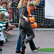 NLD/Middelburg/20100430 -  Koninginnedag 2010, Mabel gaat voetballen op hoge hakken
