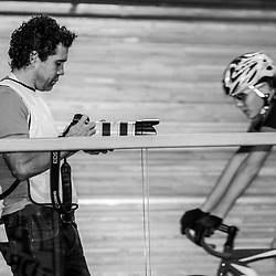 27-12-2014: Wielrennen: NK Baanwielrennen: Apeldoorn Leon van Bon van renner naar fotograaf