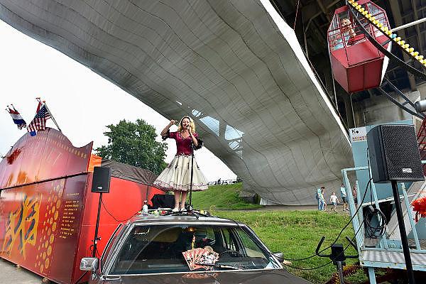 Nederland, Nijmegen, 12-7-2014Recreatie, ontspanning, cultuur en theater op het festival de Kaaij onder de waalbrug in de stad aan de rivier Waal tijdens de zomerfeesten. Een van de vele feestlocaties in de stad. De vierdaagsefeesten zijn het grootste evenement van Nederland.Foto: Flip Franssen/Hollandse Hoogte