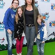 NLD/Amsterdam/20140406 - Inloop filmpremière Rio 2, Paulien Huizinga en kinderen Paulus Antonius, Myrthe, Pieter-Jan Edo