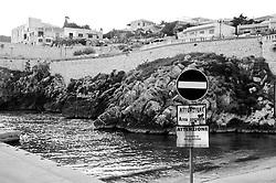 Castro Marina - Salento - Puglia - Cartello indica che si tratta di una zona operativa ed è vietata la balneazione.