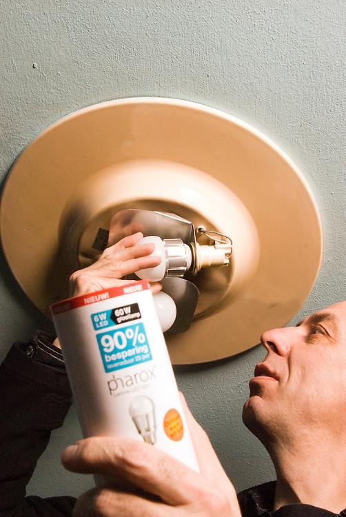 Driebergen,16 maart, 2010.Indraaien van ledlamp, om energie te besparen.. (c)Renee Teunis.