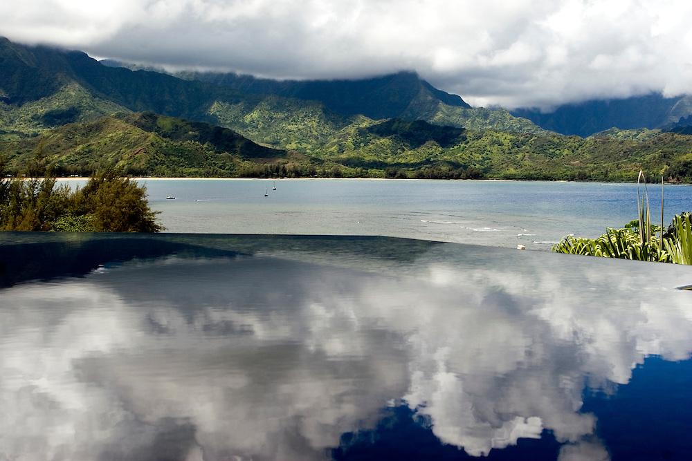 A Princeville Resort pond reflect the clouds over Kauai mountains.<br /> Las nubes sobre las montañas de Kauai (Hawai) se reflejan en un estanque en el hotel Princeville Resort.