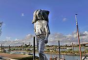 Nederland, Nijmegen, 6-10-2020  Straatbeelden van deze stad in Gelderland .Hety beeld de Kaajsjouwer van Margriet Hovens staat sinds kort aan de Lindenberghaven, het verlengde van de waalkade . Het is een ode aan de mannen die in vroeger tijden lading stukgoed van de binnenschepen haalden en aan wal brachten . De nijmeegse schrijver Frank Antonie van Alphen initieerde dit initiatief .Foto: ANP/ Hollandse Hoogte/ Flip Franssen