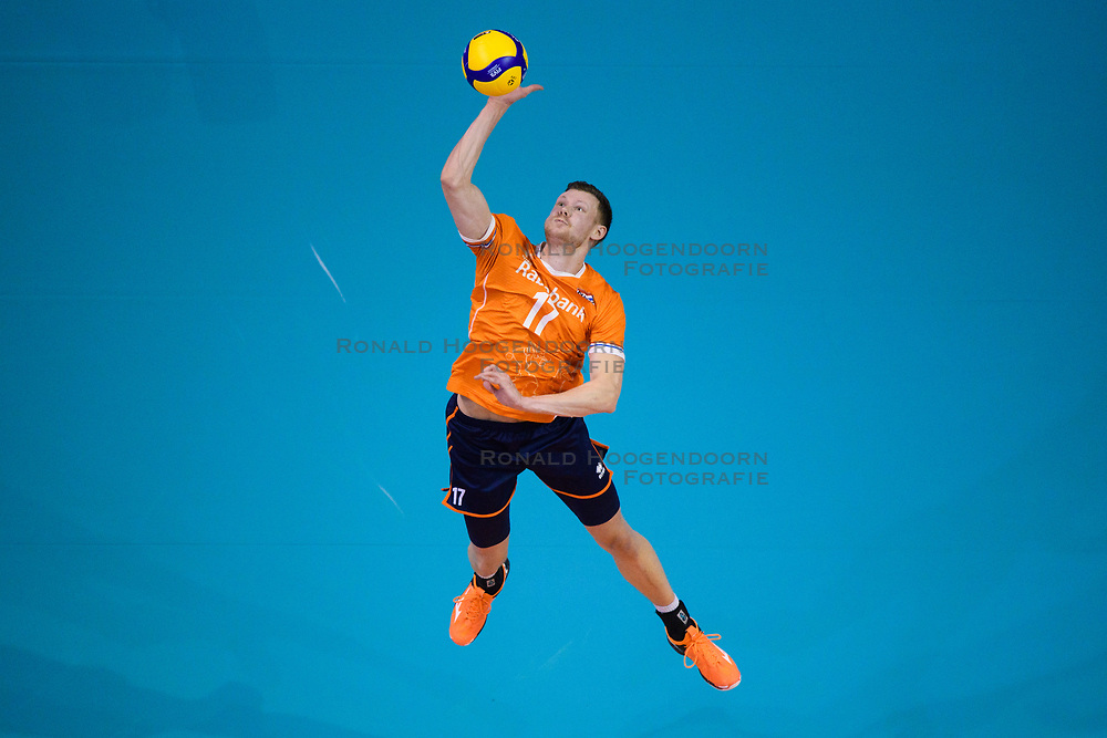 06-01-2020 NED: CEV Tokyo Volleyball European Qualification Men, Berlin<br /> Match Serbia vs. Netherlands 3-0 / Michael Parkinson #17 of Netherlands