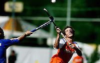 NLD-20050828-Leipzig-EK HOCKEY Nederland-Frankrijk (5-4). Ronald Brouw (r) probeert evenals de Charles Verrier van Frankrijk, de bal onder controle te krijgen.