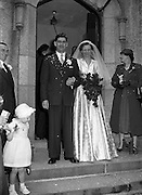 30/03/1957<br /> 03/30/1957<br /> 30 March 1957<br /> Wedding of Lee - Hill at Finglas Parish Church (Church of Ireland) and the Spa Hotel, Lucan, Dublin. Bride and groom leaving the house after the ceremony.