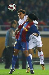 Ceara e Ronaldinho disputam na partida entre as equipes do Internacional, do Brasil e Barcelona, da Espanha válida pela final do Mundial Interclubes da FIFA, no Estadio Internacional de Yokohama. FOTO: Jefferson Bernardes/Preview.com