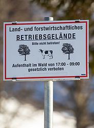 THEMENBILD - Deutsche Wanderin stirbt nach Kuh-Attacke, Landwirt muss mehr als 180.000 Euro bezahlen. Ein Gericht in Österreich sorgte mit seinem Urteil für Aufsehen. Die 45 Jahre alte Hundehalterin aus Rheinland-Pfalz war im Sommer 2014 im Tiroler Stubaital von der Kuhherde, die offenbar die Kälber vor dem Hund schützen wollte, zu Tode getrampelt worden. Hier im Bild: Hinweisschild der Gemeinde Maria Alm, Salzburg zur Leinenpflicht für Hunde im Almgebiet. Aufgenommen am Samstag, 23. März 2019, in Maria Alm // German wanderer dies after cow attack, farmer must pay more than 180,000 euros. With massive financial consequences has a farmer to fight, whose cow herd has trampled a German dog owner to death. A court in Austria caused a stir with his judgment. The 45-year-old dog owner from Rheinland-Pfalz was trampled to death in summer 2014 in the Tyrolean Stubai Valley by the herd of cattle, who apparently wanted to protect the calves from the dog. The woman had loud court the dog leash with a carabiner around the waist fixed. Here in the picture: Sign of a landlord / farmer / farmer in the alpine area with the inscription: Land and forestry premises, please do not enter, stay in the forest from 17.00 to 9.00 prohibited by law. Pictured on Saturday, March 23, 2019, Maria Alm, Salzburg. EXPA Pictures © 2019, PhotoCredit: EXPA/ Johann Groder