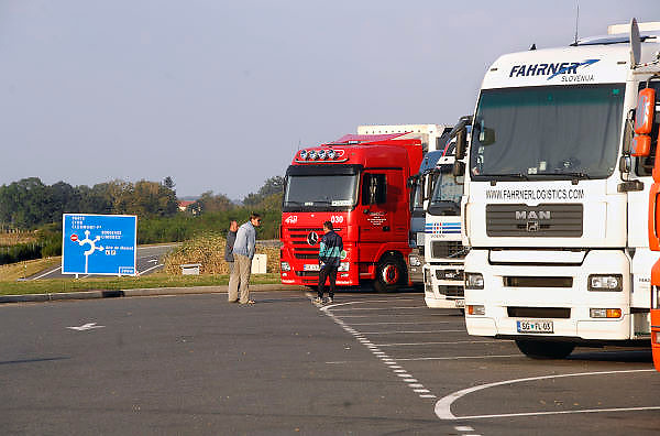 Frankrijk, Autoroute, 20-9-2008Chauffeurs staan bij hun trucks, vrachtwagen en praten met elkaar. Op de parkeerplaats staan verschillende vrachtwagens uit diverse landen van Europa, vooral uit de nieuwe landen, oost europa. De berijders nemen hun verplichte rusttijd.A driver from poland makes his meal ready in the cargo compartment of his small truck. In the parking lot are several trucks from various countries of Europe, especially from the new countries, eastern europe. The riders take their mandatory rest period.Foto: Flip Franssen/Hollandse Hoogte