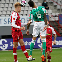 17.10.2020, Schwarzwald Stadion, Freiburg, GER, 1.FBL, SC Freiburg vs SV Werder Bremen<br /> <br /> im Bild / picture shows<br /> Philipp Lienhart (Freiburg), Davie Selke (Bremen)<br /> <br /> Foto © nordphoto / Bratic<br /> <br /> DFL REGULATIONS PROHIBIT ANY USE OF PHOTOGRAPHS AS IMAGE SEQUENCES AND/OR QUASI-VIDEO.