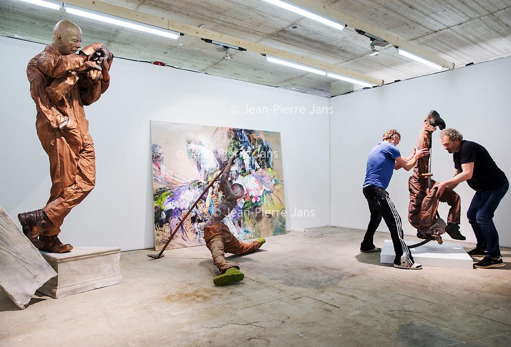 Nederland, Amsterdam, 15 mei 2017.<br />Amsterdam Art Fair is dé reizende kwaliteitsbeurs van hedendaagse kunst in Nederland voor liefhebber en verzamelaar. Na het succes van de eerste editie in de voormalige Citroëngarage (2015) en de tweede editie op het Museumplein (2016), opent Amsterdam Art Fair dit keer haar deuren in de Huidekoperstraat, om de hoek van De Nederlandsche Bank.<br /><br />Vanaf 17 mei nemen 50 van de beste galeries van Nederland hun intrek in deze tijdelijke locatie, voor de gelegenheid omgedoopt tot Kunsthal Koper, om 5 dagen lang de nieuwste werken te tonen van de meest spraakmakende kunstenaars van dit moment.<br />Op de foto: de stand van gallerie Gerhard Hofland wordt ingericht.<br /><br /><br /><br />Foto: Jean-Pierre Jans
