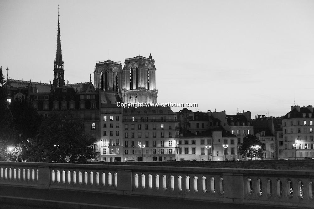 France. Paris. 4th district. the  Pont louis Phillipe bridge  over the seine river between le Marais and Saint louis island, in the distance Notre dame de paris cathedral.  /  le pont louis Phillipe traverse la seine du Marais a l ile saint Louis