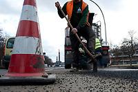 05 MAR 2010, BERLIN/GERMANY:<br /> Bauarbeiter waehrend der Reperatur von Strassenschaeden auf der Altonaer Strasse, im Hintergrund die Siegessaeule<br /> IMAGE: 20100305-01-035<br /> KEYWORDS: Strassenschäden, Straßenschäden, Frostschäden, Frostschäden, Bauarbeiten, Loch, Loecher, Löcher, Schlagloch, Schlagloecher, Schlaglöcher, Fahrbahn, Straße, Tiefbau<br /> NO MODELLRELEASE