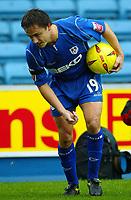 Fotball<br /> Foto: BPI/Digitalsport<br /> NORWAY ONLY<br /> <br /> Millwall v West Ham United<br /> Coca Cola Championship. 21/11/2004.<br /> Dennis Wise picks up coins thrown at him, while one (Bottom Left) just misses him.