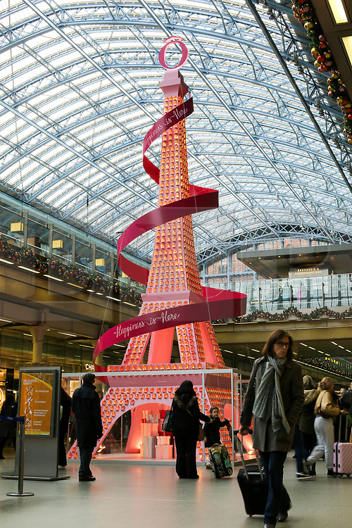 © Licensed to London News Pictures. 16/11/2019. London, UK. Kings Cross St Pancras International rail station's Christmas tree is a collaboration withLancôme, composed of 1500 of La Vie Est Belle perfume bottles that have been rearranged into a 36-foot replica of Paris's iconic landmark - 'The Eiffel Tower'. Photo credit: Dinendra Haria/LNP