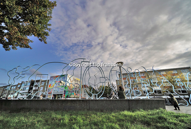 Nederland, Nijmegen, 6-10-2020 Kunstwerk van blauwe buizen op het Kelfkensbos, een groot leeg plein in het stadscentrum waar de markt wordt gehouden .Het werk is ontworpen door de Vlaamse kunstenaar Narcisse Tordoir .Tordoir heeft ook het thema 'kijken' verwerkt in dit kunstwerk, een onderwerp dat hij vaker in zijn oeuvre terug laat komen. Kijken verwijst hier op het Kelfkensbos naar het Valkhofmuseum, dat enkele meters verderop staat. Wie goed naar de blauwe constructie kijkt, kan verder verrekijkers en loepvormen zien. Ook delen van het gezicht zijn vereeuwigd, zoals oogkassen. Foto: ANP/ Hollandse Hoogte/ Flip Franssen
