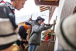 THEMENBILD - der Melcher Manuel Lerch bläst das Horn. In Krimml hat sich der Brauch des Alperns erhalten, den man anderswo kaum noch kennt. Am Wochenende um Martini ziehen Buben mit Kuhglocken von Haus zu Haus. Das laute Läuten soll böse Geister vertreiben. Die Alperer sind zwischen acht und 14 Jahren alt. Sie besuchen dabei rund 150 Haushalte, aufgenommen am 12. November 2016, Krimml, Österreich // In Krimml, the tradition of Alpern have been preserved, which are hardly known elsewhere. At the weekend around Martini, boys with cowbells move from house to house. The loud ringing is to drive out evil spirits. The Alperers are between eight and 14 years old. They visit about 150 households, Krimml, Austria on 2016/11/12. EXPA Pictures © 2016, PhotoCredit: EXPA/ JFK