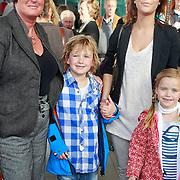 NLD/Rotterdam/20110401 - Premiere Disney on Ice 2011, Leslie Saunders en schoondochter Jamie Faber